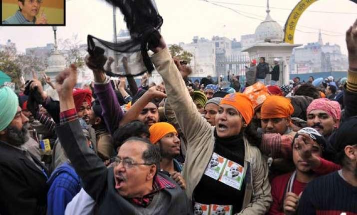 team anna defends protest against pm
