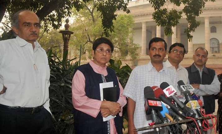 team anna to send notices to 14 union ministers