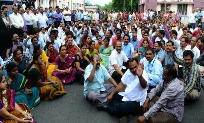 telangana pro andhra employees at secretariat to go on