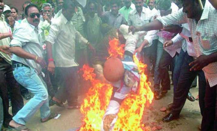 seemandhra erupts against telangana amid shutdown