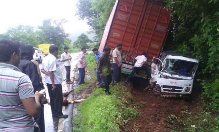 tempo container collision on goa mumbai highway 3 killed 8