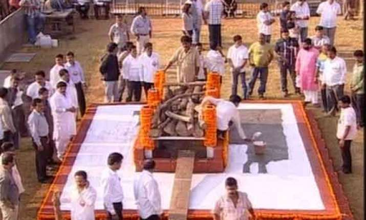 thackeray s public cremation marks a first for mumbai