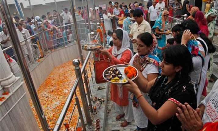 thousands of kashmiri pandits visit kheer bhavani mela