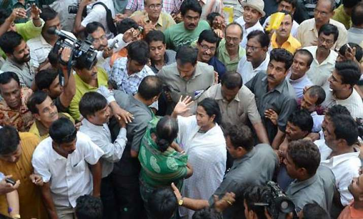 thousands gather as mamata walked from raj bhavan to