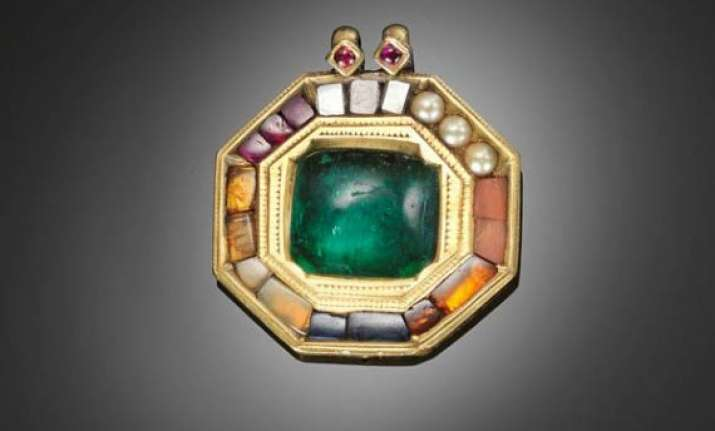 tipu sultan s emerald gold pendant up for auction in london