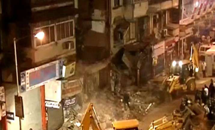 two dead five hurt in mumbai building collapse