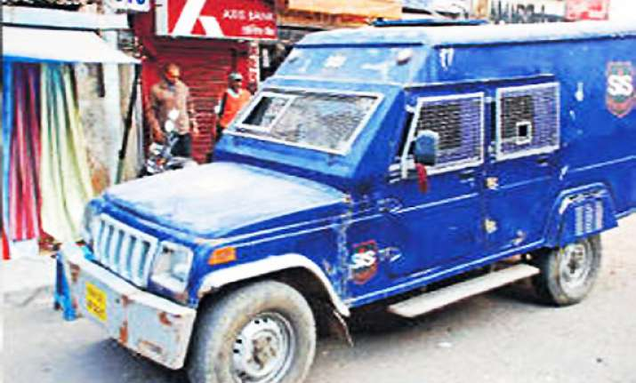up police seizes rs 10 cr from axis bank cash van
