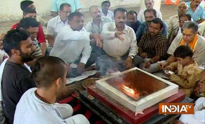 varanasi holds prayers for modi s success