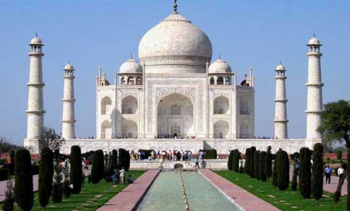visitors to taj mahal face intense agra heat