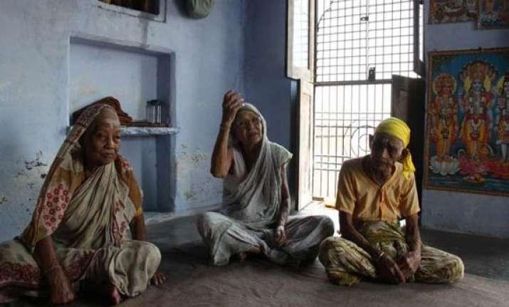 widows in varanasi celebrate raksha bandhan