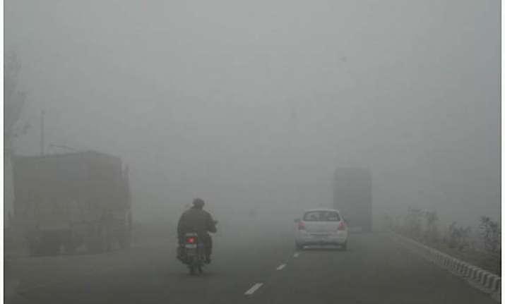 winter chill grips delhi mercury plunges below 5 degrees