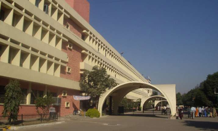 woman commits suicide in delhi hospital premises
