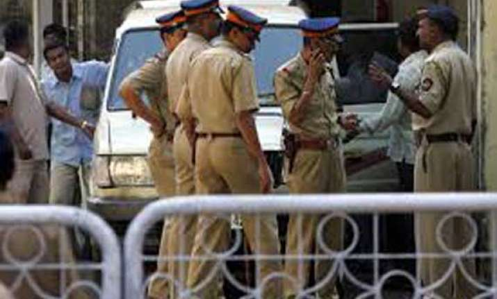 young police constable in thane shoots himself dead