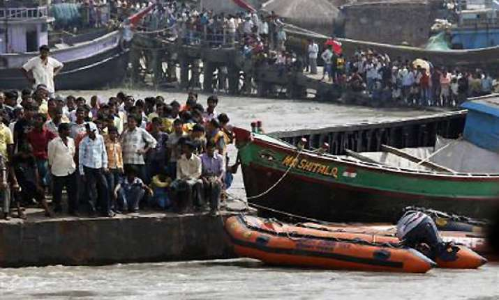 22 dead as boat capsizes in lake near chennai