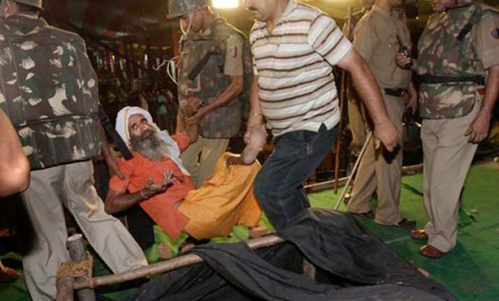 30 injured in midnight swoop on ramdev rally at ramlila