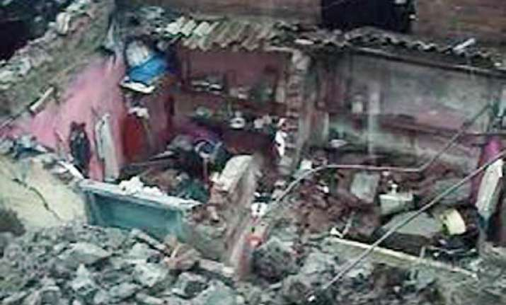 11 workers die in wall collapse in thane