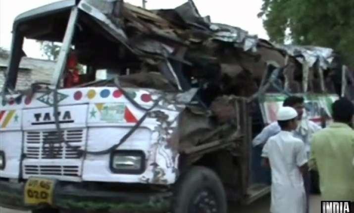 15 killed as bus rams into tree