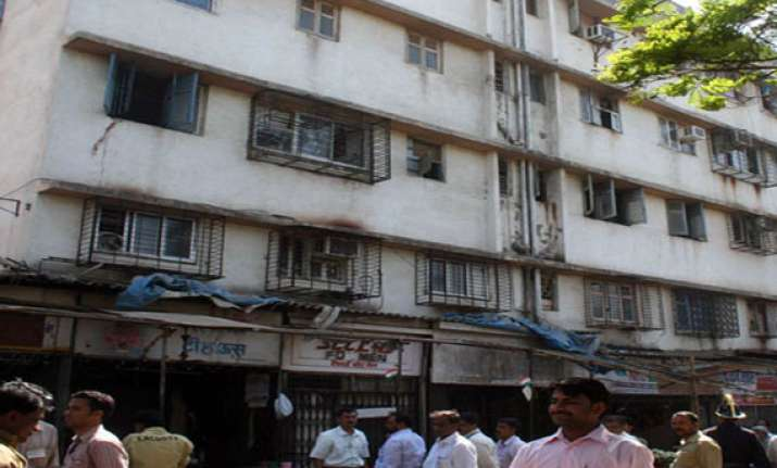 84 families evacuated as building develops cracks in thane