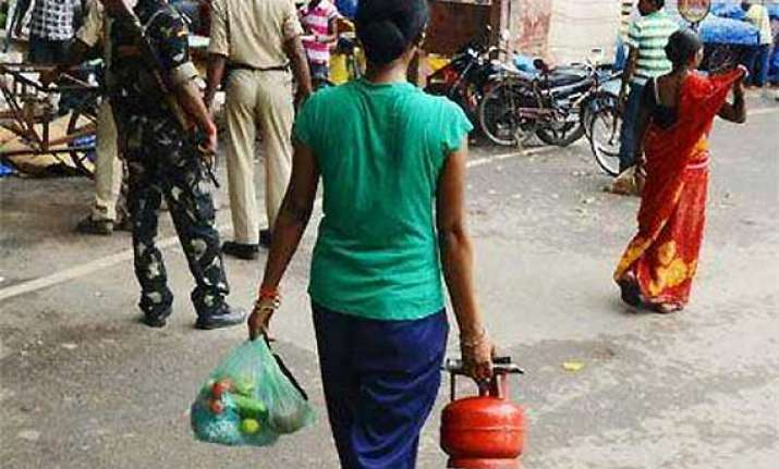 5 kg lpg cylinders to be sold at petrol pumps in 5 metros