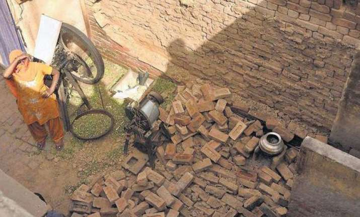 2 kids die as wall collapses
