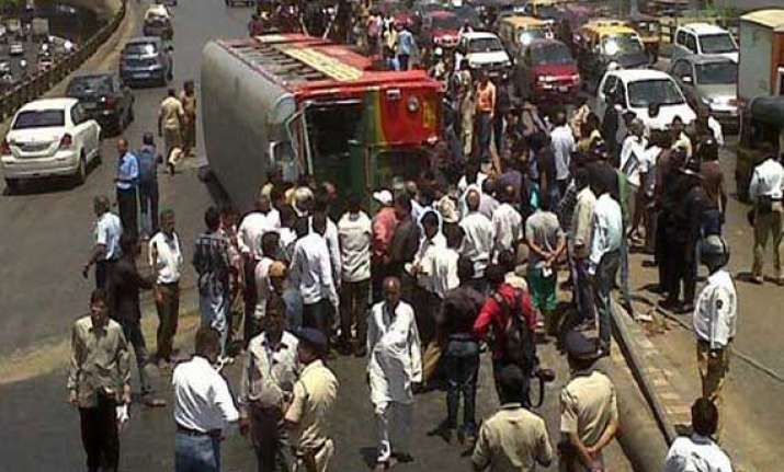 2 killed 17 injured as bus overturns in rajasthan