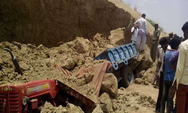 4 laborers dead 1 injured while filling mud in tractor in