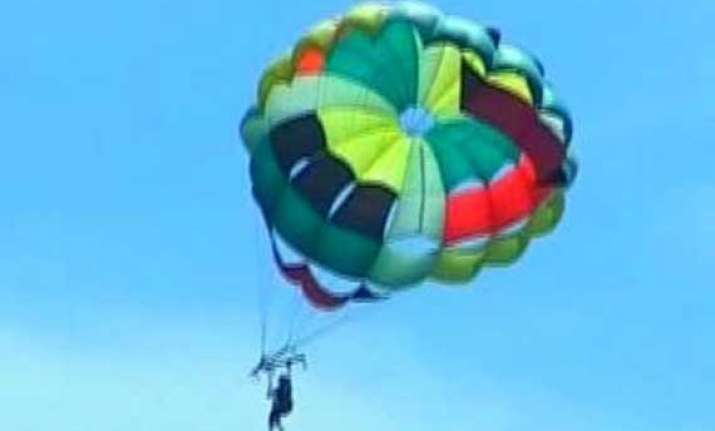 11 month old girl sent on solo parasailing by parents in