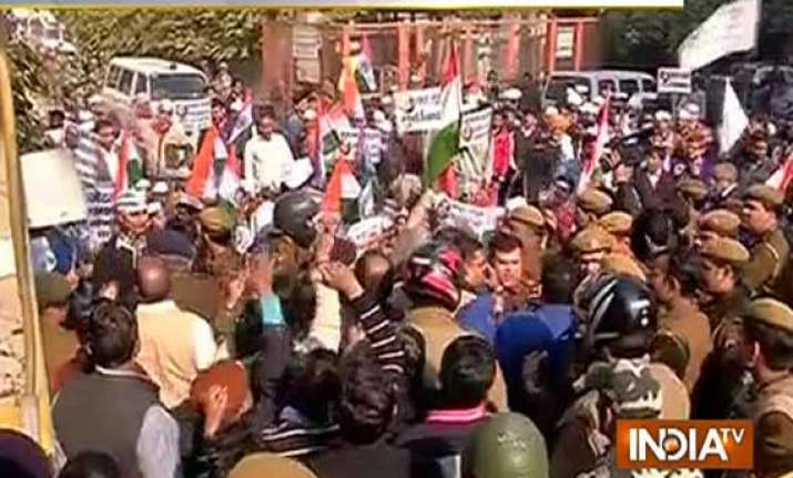aap workers protest outside arun jaitley s residence