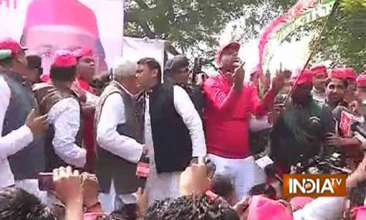 akhilesh flags off sp cycle rally from jantar mantar
