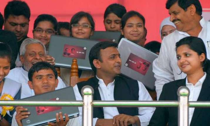 akhilesh gives free laptops to ghaziabad students