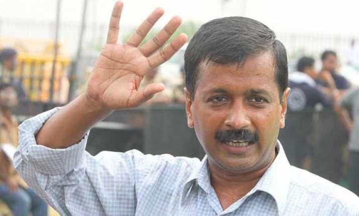 arvind kejriwal extends support to e rickshaw operators