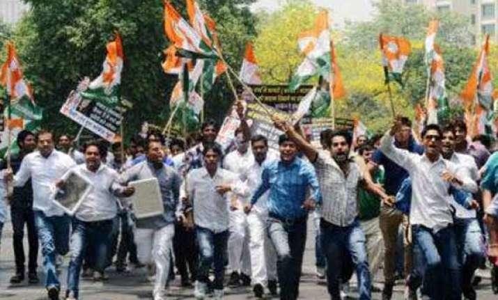bjp workers obstruct kejriwal s campaign in varanasi aap