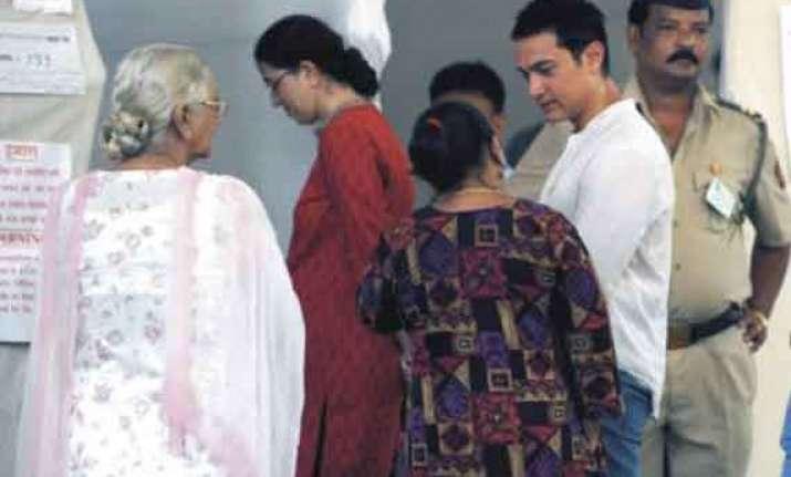 celebrities commoners in same queues to vote