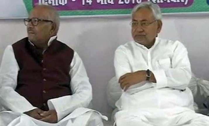 nitish kumar starts 24 hour satyagraha against land bill