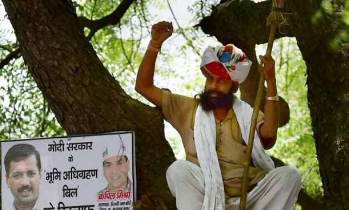 centre may order larger probe into farmer gajendra s suicide