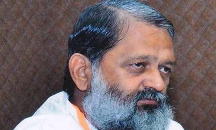 haryana health minister anil vij catches cid officer for
