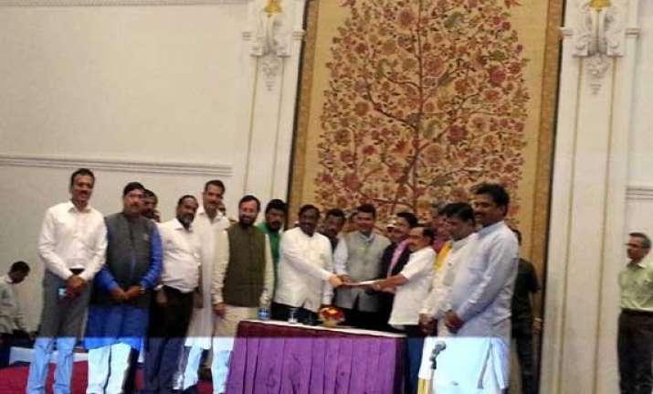 maharashtra devendra fadnavis meets governor stakes claim