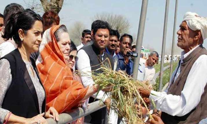 sonia gandhi seeks compensation for farmers hit by