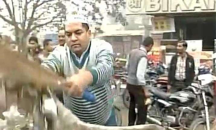mcd strike aap leaders volunteers take to streets kejriwal
