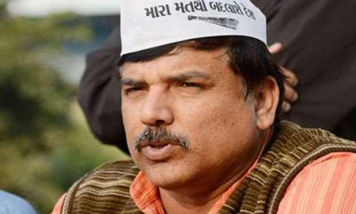 aap leader visits deceased farmer s kin offers rs 10 lakh