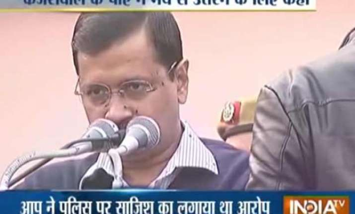 kejriwal s pa asked cop to get off stage minutes before ink