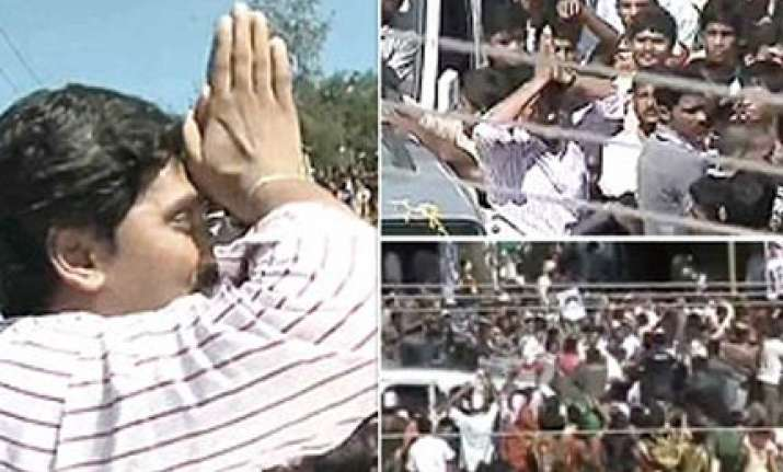 jagan resigns from cong quits as mp from ls targets sonia