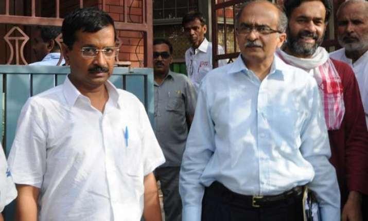aap crisis kejriwal demands resignation of yadav bhushan