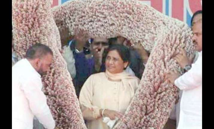sp cong demand probe into multi crore garland to mayawati