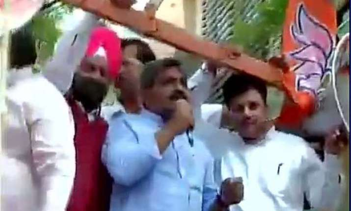 bjp protests outside kejriwal s residence over law minister