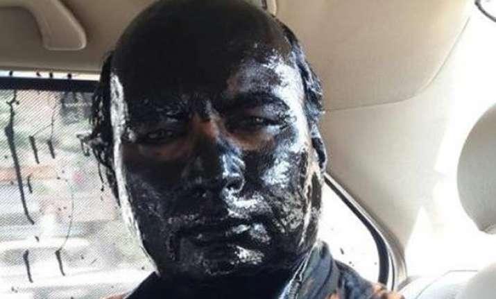 shiv sena activists throw ink on sudheendra kulkarni