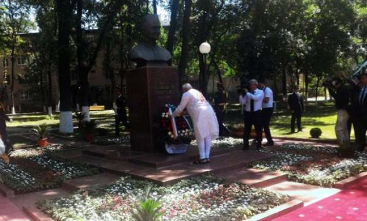 pm modi pays tribute to lal bahadur shastri in tashkent