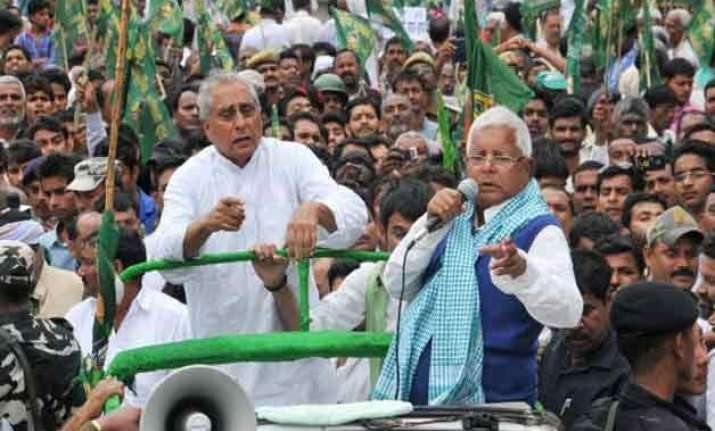 lalu leads rjd march to raj bhavan to protest centre