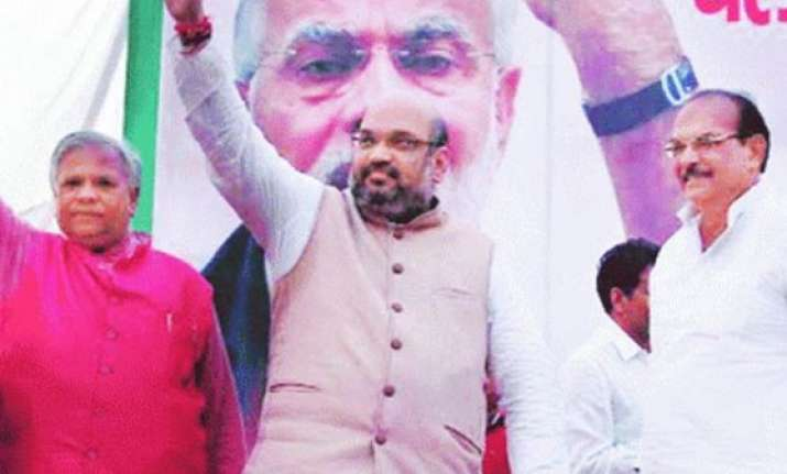 resentment in bjp over amit shah sharing dais with dp yadav