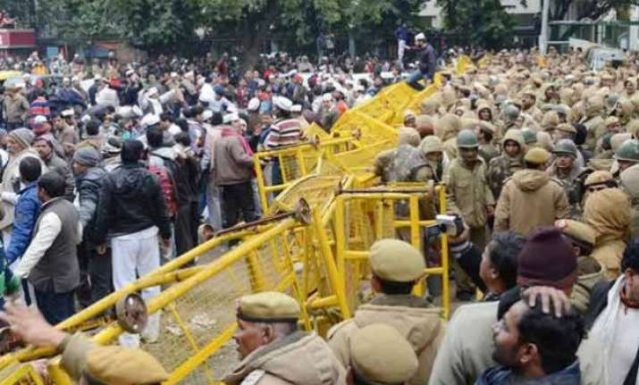 aap supporters protesting against delhi police cane charged